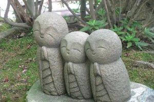 Фигурки Дзидзо в саду Хасэдэры