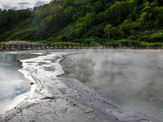 L'eau bouillonnante est entourée par un anneau de boue dans lequel je n'aimerais pas tomber