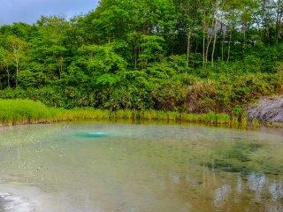 Une eau extrêmement froide sort de ce trou bleu à côté du lac bouillant