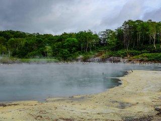 La couleur de l'eau change autour du lac, malheureusement l'odeur quant à elle reste