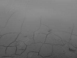De la boue craquelée autour du lac