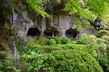 Храмы, выстроенные прямо в скалах в саду храма Хококудзи