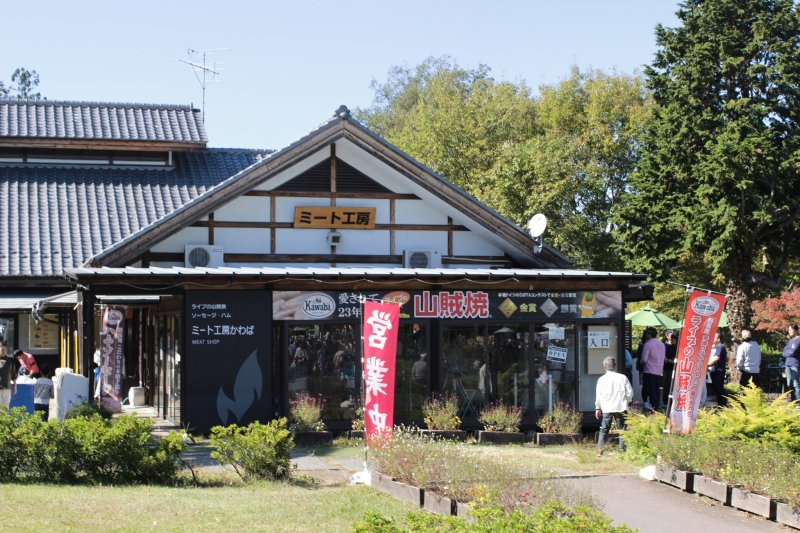 The rest area has several eateries and shops. Many of them have both eat in or take out options.
