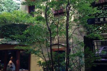 У входа в музей Гибли
