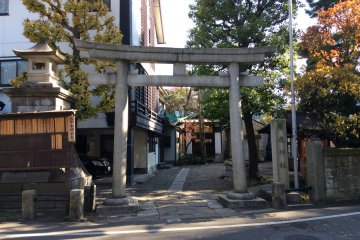 Entrance to the shrine from the street