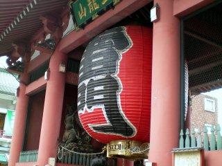 Kaminarimon Gate close-up