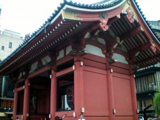 Kaminarimon Gate side view