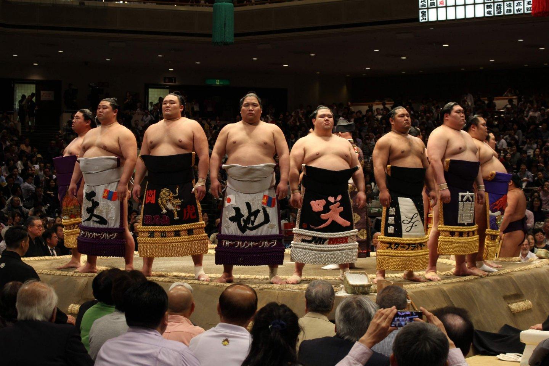 Upacara pembukaan sebelum turnamen sumo dilaksanakan