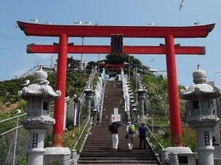 La porte au pied des marches du sanctuaire. Remarquez les mouettes au-dessus et ne faites pas de pause ici