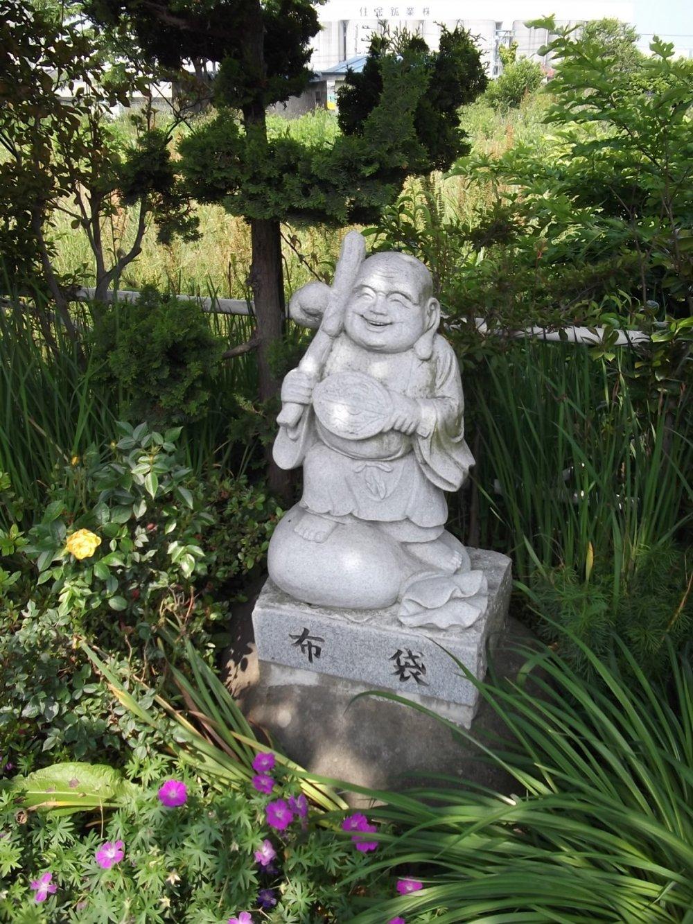 사메 역에서 사원으로 가는 길 옆에 흥미로운 조각상들이 있다.