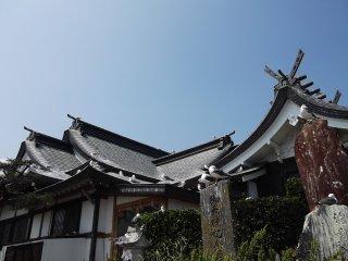Le toit du sanctuaire offre de nombreux endroits pour se percher