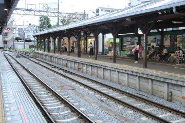 Деревянный навес над платформой