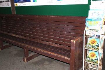 Старинная деревянная скамья