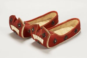 Nō no gorairi (Red leather ceremonial shoes), which will be exhibited at the Nara National Museum