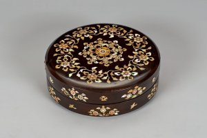 Raden no hako (Mother-of-pearl inlay box for leather belt with lapis lazuli decoration), which will be exhibited at the Nara National Museum