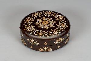 허리띠 수납을 위한 나전 장식 상자(螺鈿箱)  나라국립박물관에서 전시