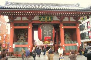 The iconic Kaminarimon Gate at the entrance to Sensoji Temple