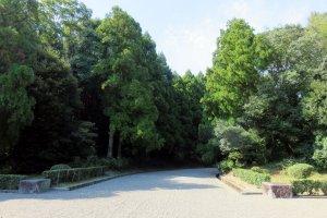 Chemin du mausolée de Jimmu.