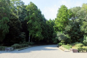Path to the Mausoleum of Emperor Jimmu.