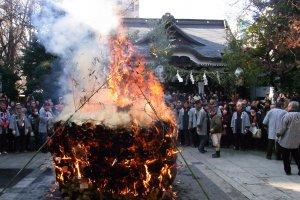 The tondo-yaki ritual at the shrine