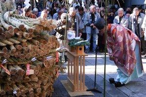 Spiritual blessings before the lighting of the tondo-yaki ritual