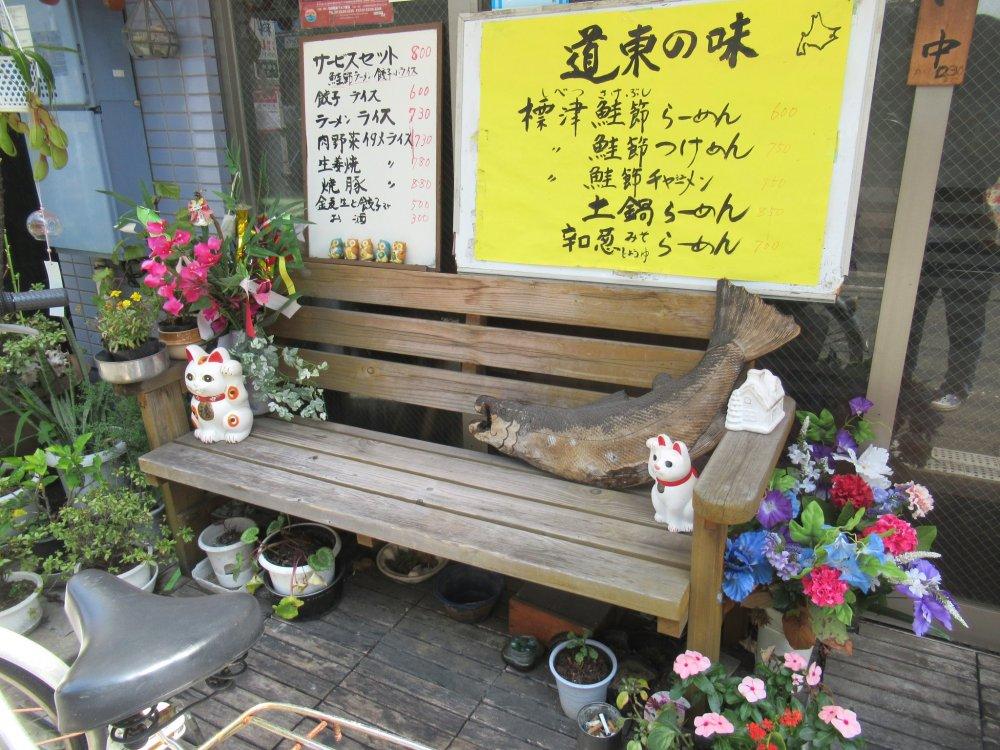 В районе Готокудзи фигурки Манэки нэко встречаются везде