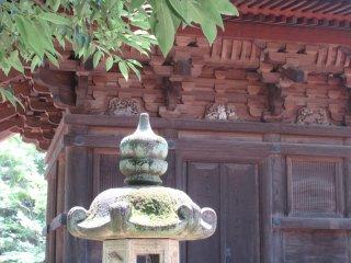 На заднем плане можно заметить маленькую фигурку манэки нэко, вырезанную из дерева
