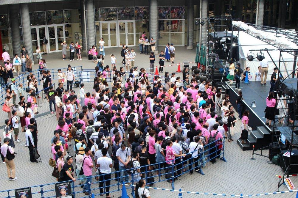 Сбор фанатов в центре комплекса