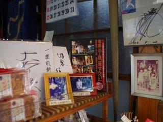 依然是傳統前舖後居,店內擺放不少店主的相物品。