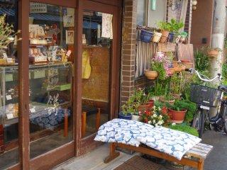 舖前有位置讓客人一邊休息,一邊慢慢品嚐煎餅。