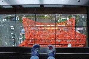 Окно в полу на Токийской башне