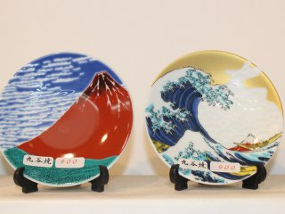 Souvenir plates with Hokusai images