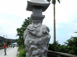 У моста Эносимы гостей встречает фонарь с изображением дракона