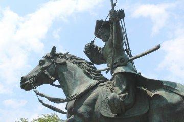 Памятник запечатлел момент натягивания лука во время охоты