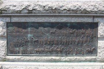 Барельеф на основании памятника изображает процессию ритуальной охоты