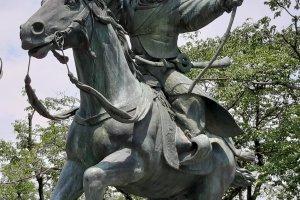 Скульптура очень выразительная и живая!