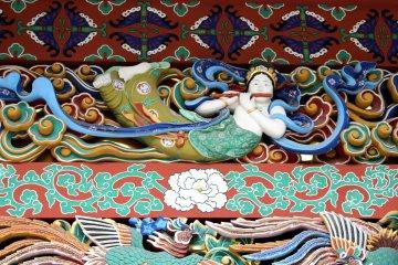 Украшения мавзолея Дзуйходэн вырезаны из дерева и расписаны
