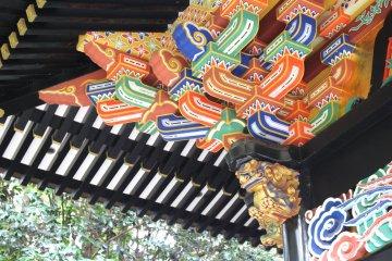 Яркие цвета и золото в украшении мавзолея Дзуйходэн