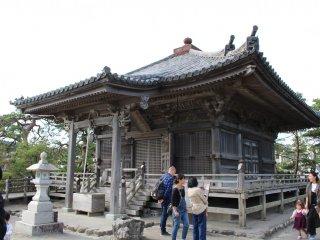 Старинный храм из дерева на Мацусиме