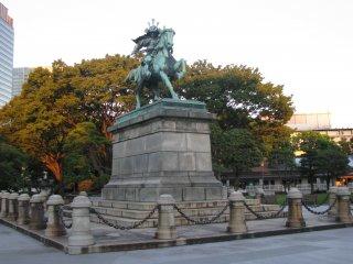 Памятник Кусуноки Масасигэ на массивном пьедестале