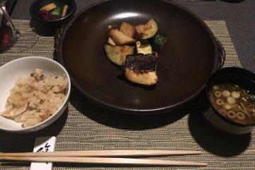 Главное блюдо в японском стиле.Подается обязательно с рисом и супом мисо.