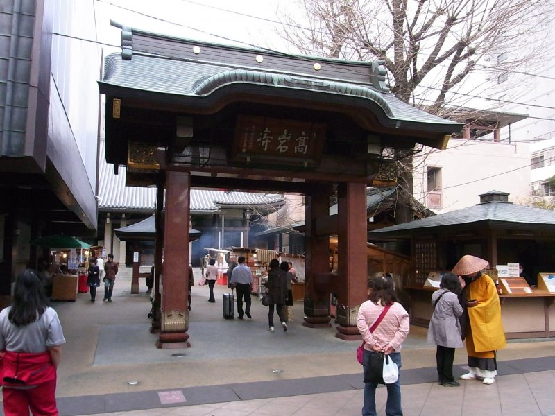 The gate to Koganji Temple