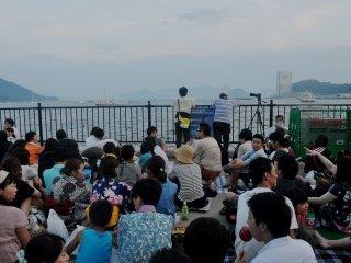 Trên vịnh đa những người đến xếp hàng từ sáng sớm
