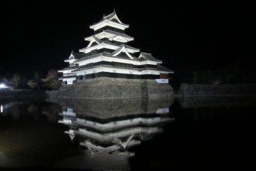 Matsumoto's Karasu-jo at night