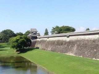 Hình ảnh của một con hào từng được xây dựng nối liền với sông Tsuboi gần đó.