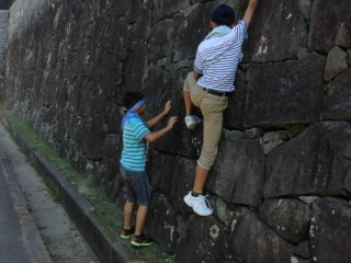 Mục đích của các bức tường dốc ở lâu đài để ngăn chặn kẻ thù hung hãn. Chúng ta hãy hy vọng các bức tường cũng có thể khiến trẻ em Nhật tò mò!