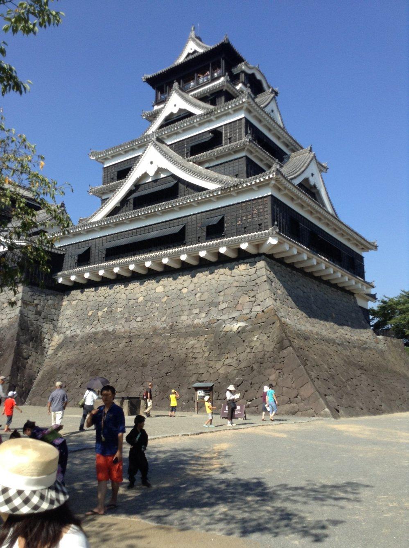 구마모토성은 규모, 아름다움, 역사를 보기 위해 몰려드는 관광객들 위에 우뚝 서 있다