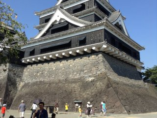 Du khách đổ xô đến tòa thành Kumamoto để ngắm nhìn kích thước, vẻ đẹp và lịch sử của nó