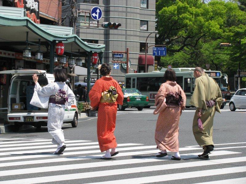 В Киото людей в кимоно можно встретить повсюду