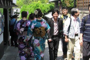 Девушки в ярких юкатах украшают Киото!